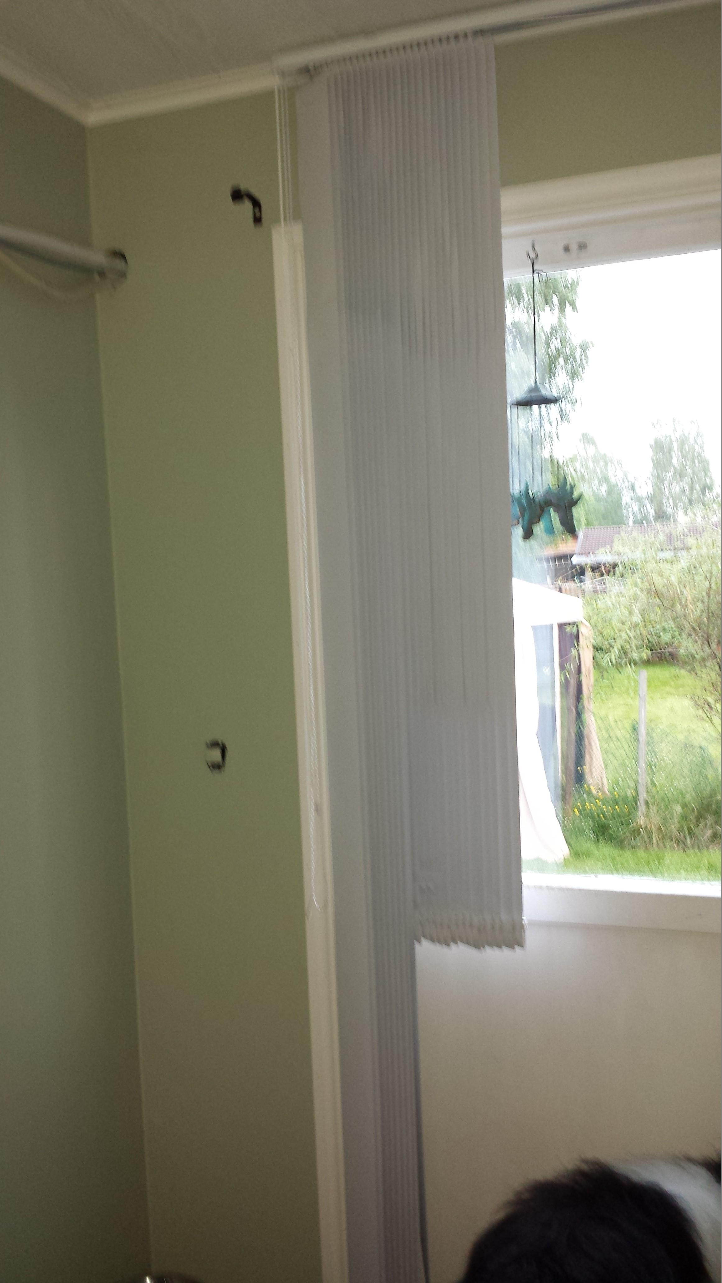 Special på lamellgardinen då den går både över en dörr och ett fönster